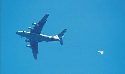 中国运20运输机与空降兵部队开展空降空投演练(图)