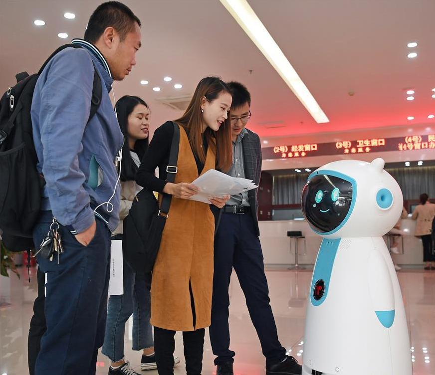 采用VR智能机器人技术 南昌首个政务服务机器人上岗